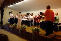Frauenchor Laubach mit jungen Sängerinnen und Reinhild Christmann, am Piano Sabine Lenz